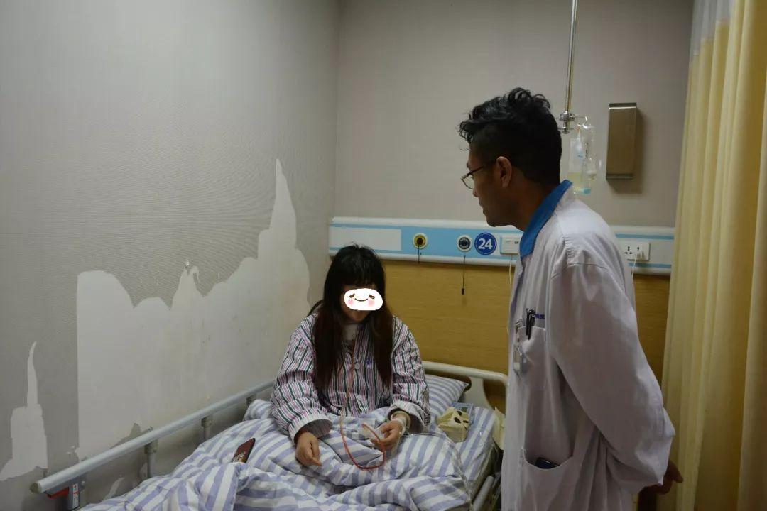医生观察患者情况